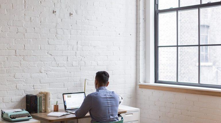 siedzący mężczyzna przy biurku